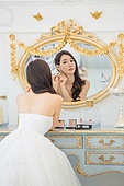 한국인, 신부 (결혼식역할), 웨딩드레스, 결혼 (사건), 거울, 화장대, 귀걸이 (보석), 대만족 (컨셉)
