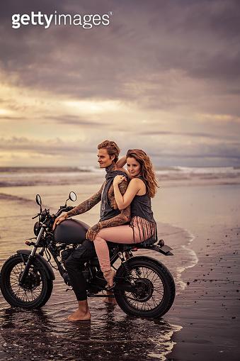 오토바이 타는 연인