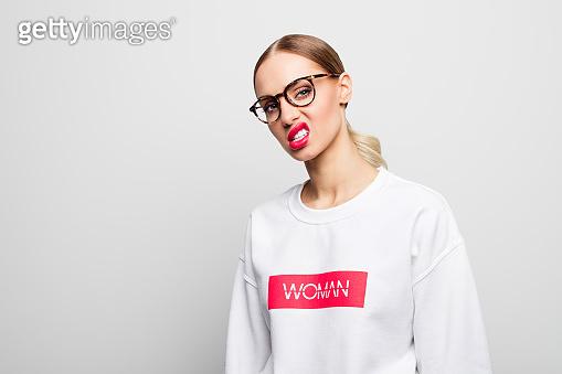 자신만만한 여성