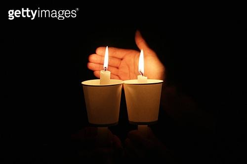 어둠 밝히는 촛불