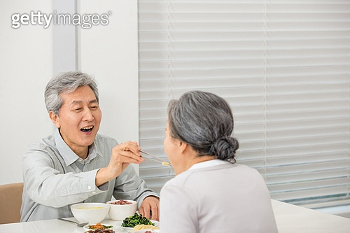 노부부의 식사