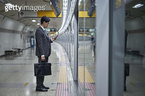 비즈니스맨, 실업 (고용문제), 취업준비생, 일 (물리적활동), 고용문제, 지하철, 출퇴근, 출퇴근 (여행하기), 지하철 (여객열차), 전철역, 피로 (물체묘사), 스트레스 (컨셉)