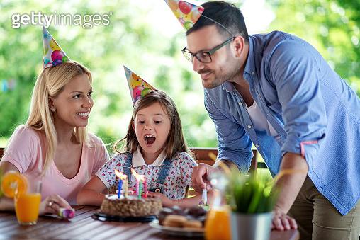 생일을 축하하는 가족