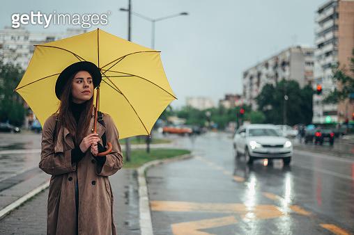 노란색 우산을 쓴 여성