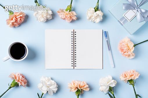 꽃과 노트북 연출 컷