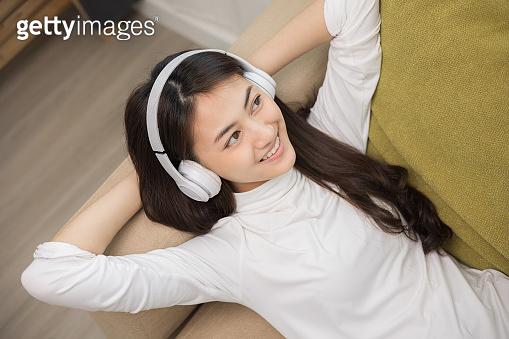 음악 듣는 여자
