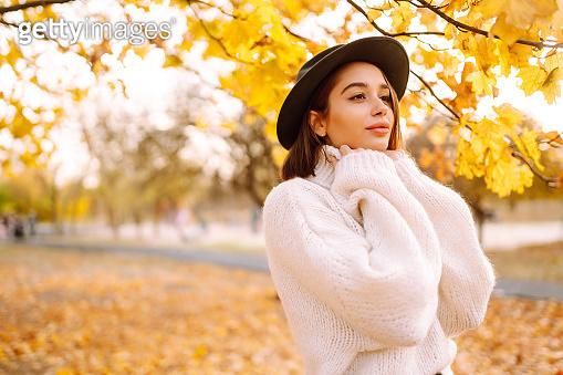 낙엽 배경 여성