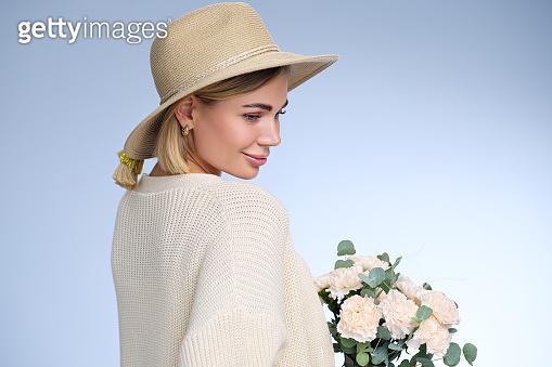꽃다발을 든 여자