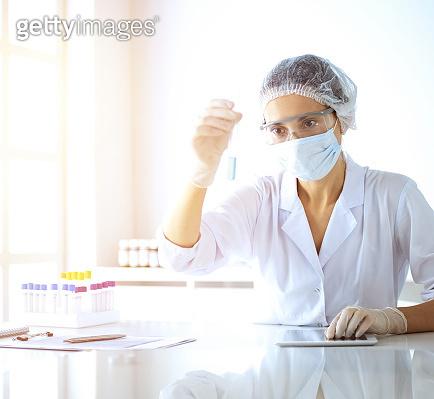 의학 연구하는 과학자