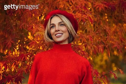 단풍잎 배경 여성