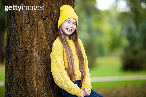 노란 옷을 입은 소녀