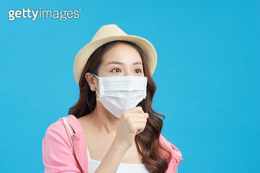 마스크를 쓴 여자