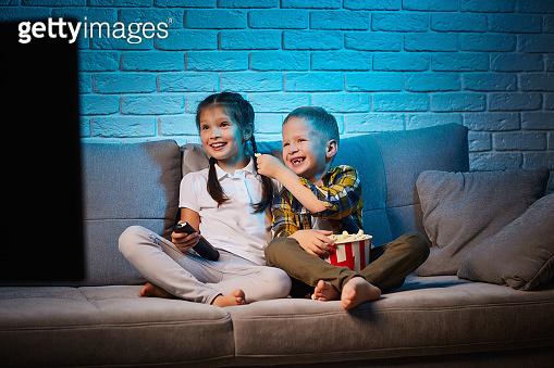 TV 보는 어린아이