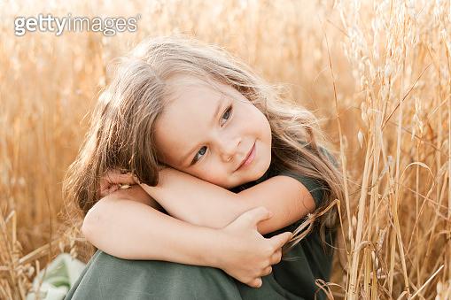 밀밭 배경의 소녀