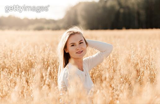 밀밭 배경 여성