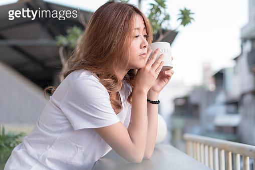 차 마시는 여성