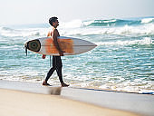 Latin American surfer going surfing.