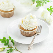 vanilla cupcakes with cream cheese frosting