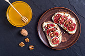 Toast with figs