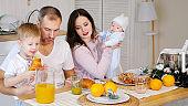 아기와 함께하는 식사시간
