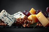Cheeses , grapes and walnuts .