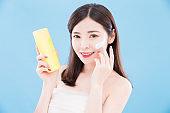 woman use sun cream