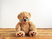 Kindesmissbrauch, Teddybär mit Tränen in den Augen