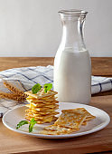 Cheese and crackers with fresh milk
