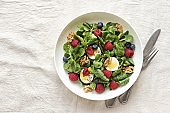 Green salad with goat cheese, walnuts and fresh berries