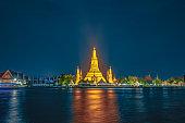 wat arun temple of the dawn bangkok in twilight