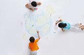 The kindergarten children to draw