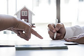Woman agrees to sign a lease for real estate, real estate trading ideas.