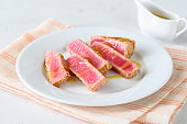 Tuna steak with sesame seeds