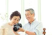 カメラを見るシニア夫婦