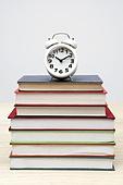 책 위의 시계