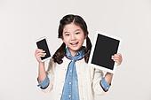 태블렛 PC 와 휴대용 전화기를 양손에 들고 있는 소녀