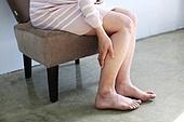 오브젝트,신체일부,사람다리,사람발,맨발,피로,고통,만지기,의자,앉기