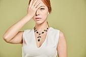 한국인, 여성 (성별), 우울 (슬픔), 슬픔, 스트레스, 걱정 (어두운표정), 손으로눈가리기 (가리기), 회피