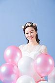 한국인, 여성 (성별), 결혼, 신부 (결혼식역할), 미소, 행복, 부케, 풍선, 웨딩드레스 (드레스)