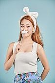 한국인, 여성, 패션, 머리띠 (헤어액세서리), 보디페인팅 (신체장식품), 손으로입가리기 (가리기), 대만족 (컨셉)