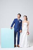 한국인, 결혼, 신랑, 신부 (결혼식역할), 웨딩드레스 (드레스), 판지 (재료), 공고 (메시지), 손잡기
