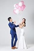 한국인, 결혼, 신랑, 신부 (결혼식역할), 웨딩드레스 (드레스), 행복, 사랑 (컨셉), 미소, 결혼식, 풍선, 들어올리기 (신체활동)
