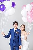 한국인, 결혼, 신랑, 신부 (결혼식역할), 웨딩드레스 (드레스), 행복, 사랑 (컨셉), 미소, 결혼식, 풍선, 들어올리기 (신체활동), 손잡기