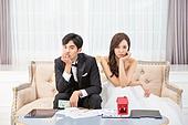 한국인, 신랑, 신부 (결혼식역할), 결혼, 결혼 (사건), 계획 (서류), 자산관리, 불만, 걱정 (어두운표정)