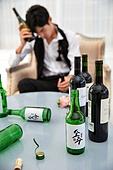한국인, 술취함 (물체묘사), 술 (음료), 술병, 어질러짐 (나쁜상태), 신랑, 슬픔, 스트레스, 헤어짐 (사랑의어려움)