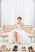 한국인, 신부 (결혼식역할), 웨딩드레스, 결혼 (사건), 구두 (신발), 고르기 (응시), 미소, 대만족 (컨셉)