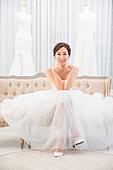 한국인, 신부 (결혼식역할), 웨딩드레스, 결혼 (사건), 미소, 대만족 (컨셉), 턱괴기 (만지기), 다리꼬기