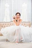 한국인, 신부 (결혼식역할), 웨딩드레스, 결혼 (사건), 소파 (좌석), 미소, 부케, 다리꼬기