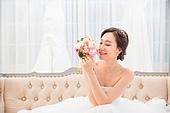 한국인, 신부 (결혼식역할), 웨딩드레스, 결혼 (사건), 미소, 대만족 (컨셉), 부케, 응시