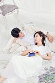한국인, 신랑, 신부 (결혼식역할), 결혼, 웨딩드레스, 예복, 사랑 (컨셉), 행복, 미소, 눕기 (몸의 자세)